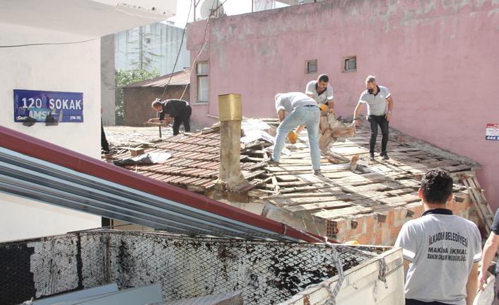 Yaşlı kadının çatı onarımı için seferber oldular