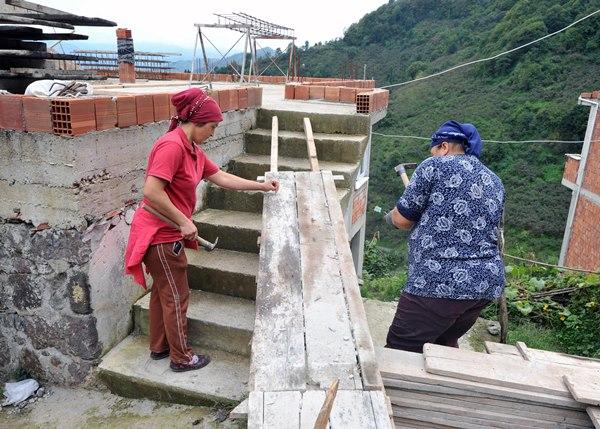 Ayşe usta inşaatlarda erkeklerden geri kalmıyor