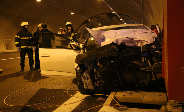 Kuzey Marmara Otoyolu'nda otomobil kablo yüklü kamyonete çarptı