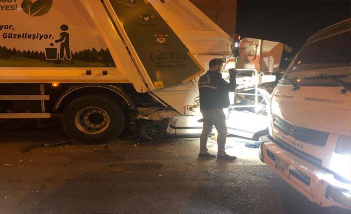 Ankara'da otomobil çöp kamyonuna çarptı