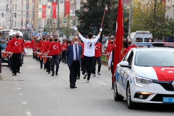 Trabzon'da mezunların bando takımıyla Cumhuriyet coşkusu