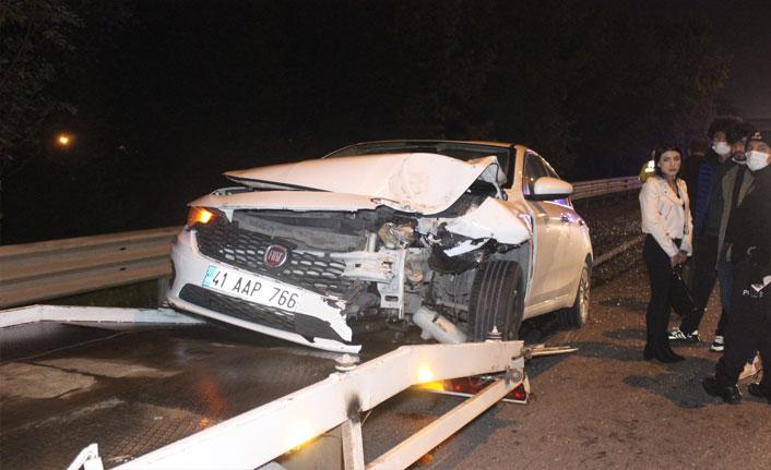 Otomobilin çarptığı hafif ticari araç yan yattı