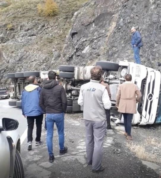 Artvin'de kömür yüklü tır devrildi: 1 yaralı