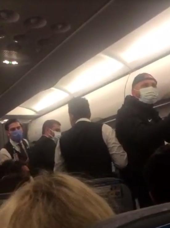 Uçakta maske arbedesi; 3 yolcu ile futbolcular birbirine girdi