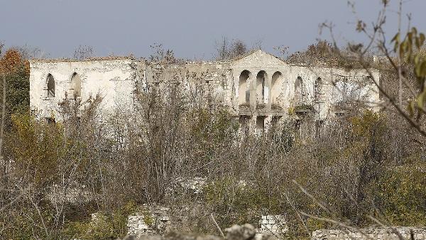 Karabağ'daki camide sadece minare kaldı