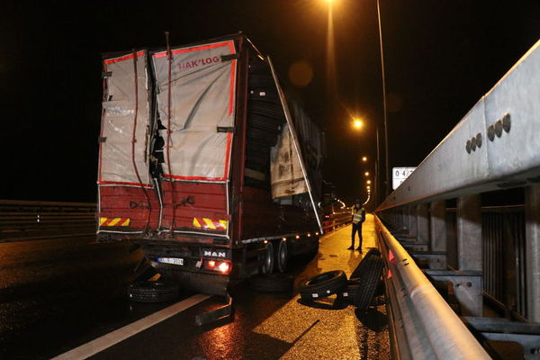 Yolcu otobüsü kamyona çarptı: 16 yaralı