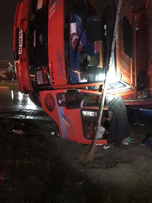 Samsun'da kamyon otomobilin üzerine devrildi! Sürücü kendini araçtan attı