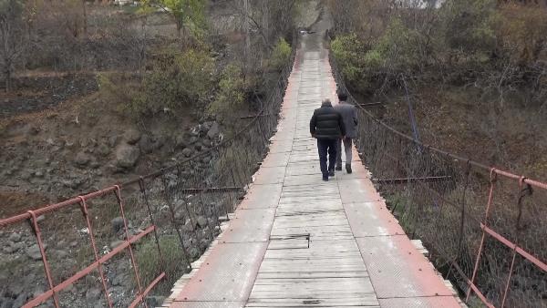 Artvin'de halatları kopan ahşap köprüden tehlikeli geçiş