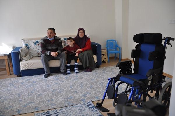 Gümüşhane'de ölen kızının tekerlekli sandalyesini bağışladı