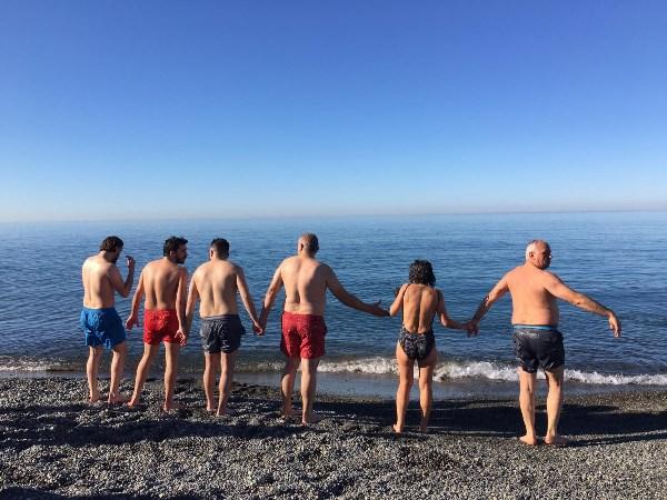 Rize'de aralık ayının son gününde denize girdiler