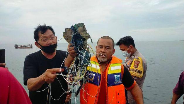 Endonezya'da düşen yolcu uçağından sinyal alındı