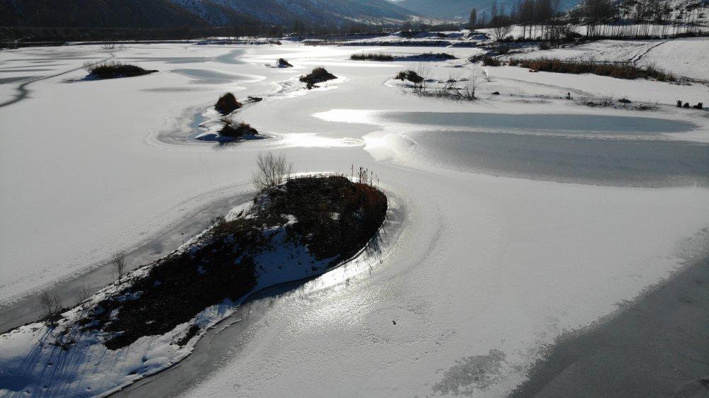 Bayburt'ta göl ve akarsular dondu
