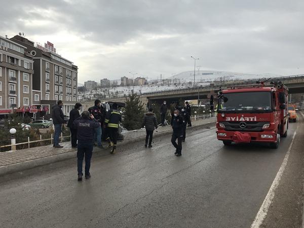 Bayburt - Trabzon yolunda otomobil devrildi