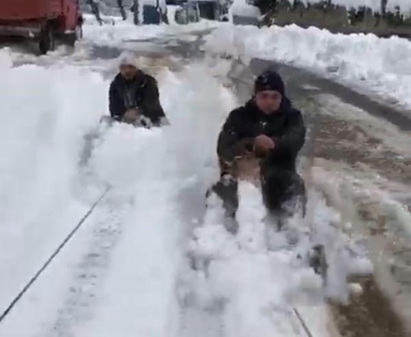 Rize'de iki kafadarın ilginç kar keyfi