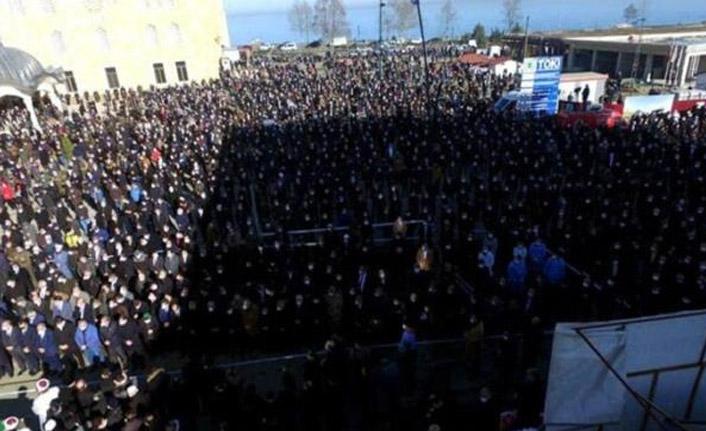 Koronadan öldü, cenazeye binlerce kişi katıldı