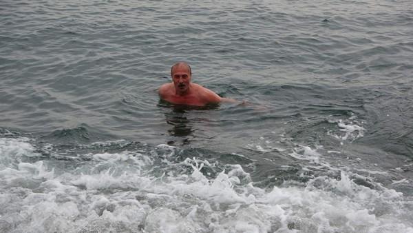 Trabzon'da yaş kış demeden her gün denize giriyor