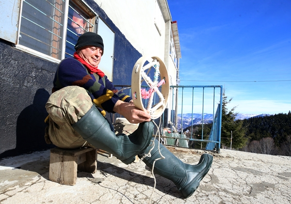 Trabzon'da malulen emekliliğin ardından 31 yıldır yaylada yaşıyor