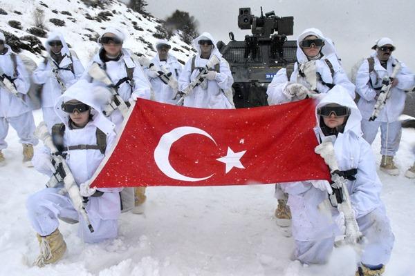 PÖH'ler Doğu Karadeniz'in karla kaplı dağlarında vatan nöbetinde