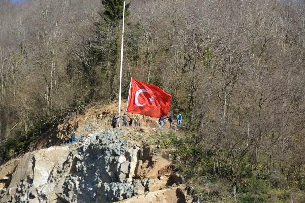 Heyelan sahasına Türk bayrağı