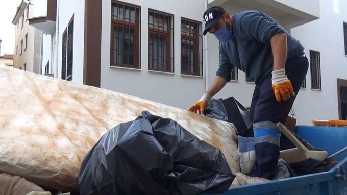 Trabzon'da bir evden 1 kamyonet çöp çıktı