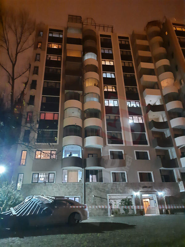 Trabzon'da apartmanın çatısı uçtu