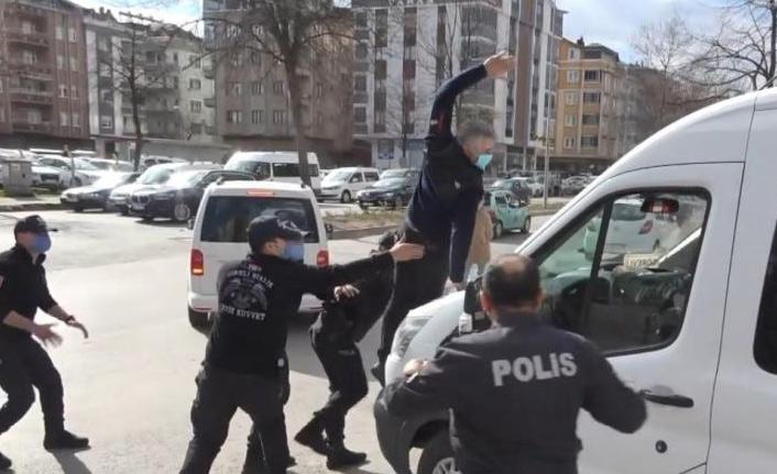 Öldürülen kadının yakını sanıkları taşıyan araca saldırdı