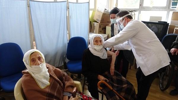 Ordu'da ikiz nineler aşı oldu