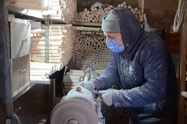 """İlerleyen yaşına rağmen gençlere taş çıkartan Abdullah Dizen, """"Boş duramıyorum, 500 adet üretip, farklı illere gönderiyoruz"""" dedi."""