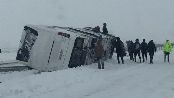 Futbol takımını taşıyan otobüs devrildi