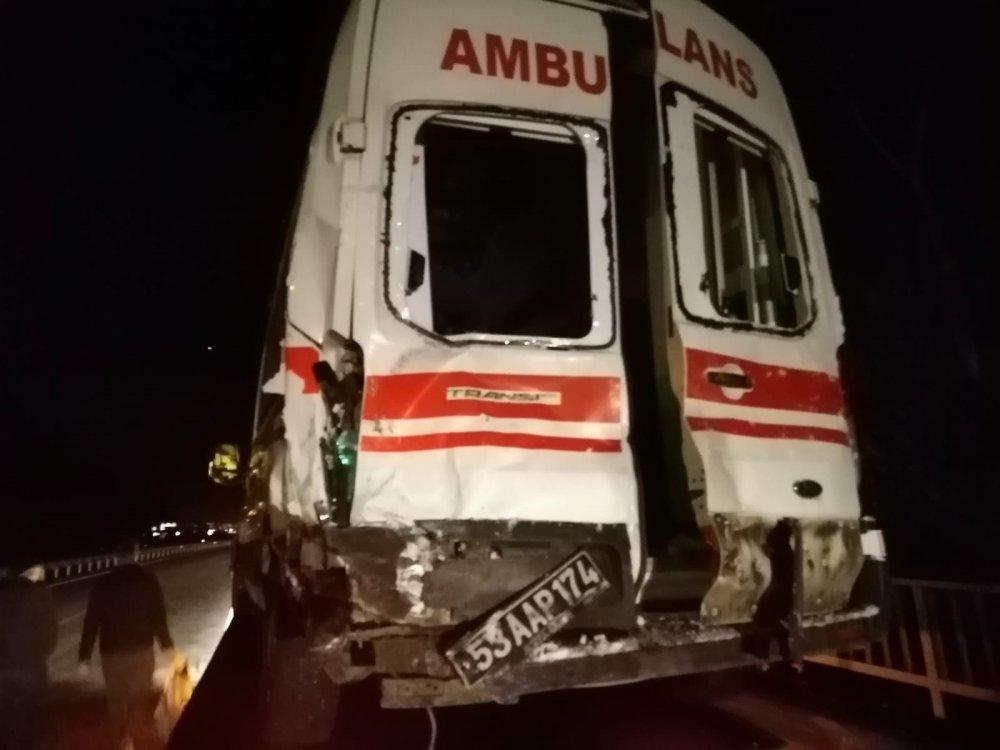 Rize'de kazaya giden ambulansla tır çarpıştı