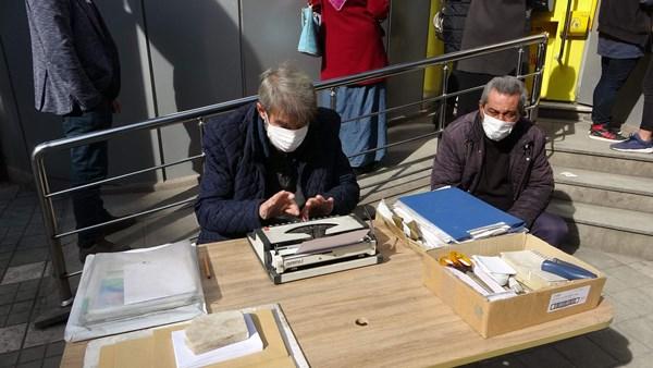 Trabzon'da 45 Yıllık arzuhalci, zamana meydan okuyor