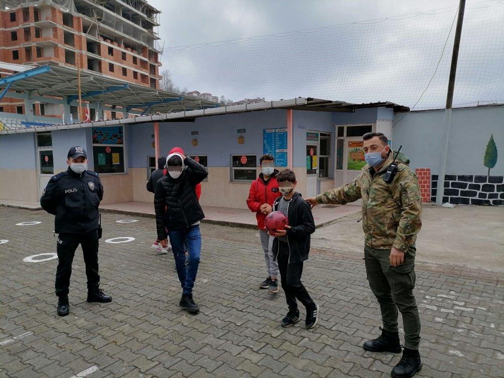 Rize'de kısıtlamada polisi gören çocuklar ne yapacağını şaşırdı