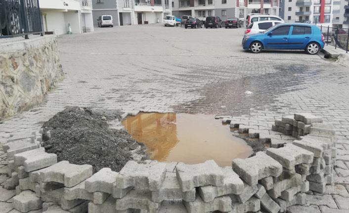 Trabzon'da patlayan kanalizasyon şebekesi sitenin içine aktı
