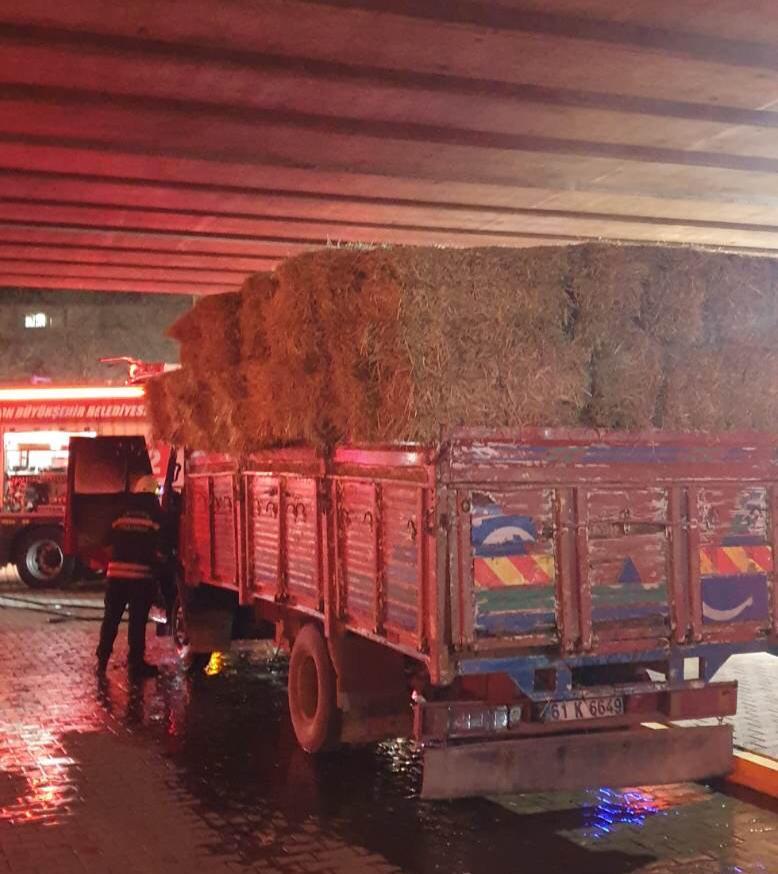 Trabzon'da saman yüklü kamyon alev aldı