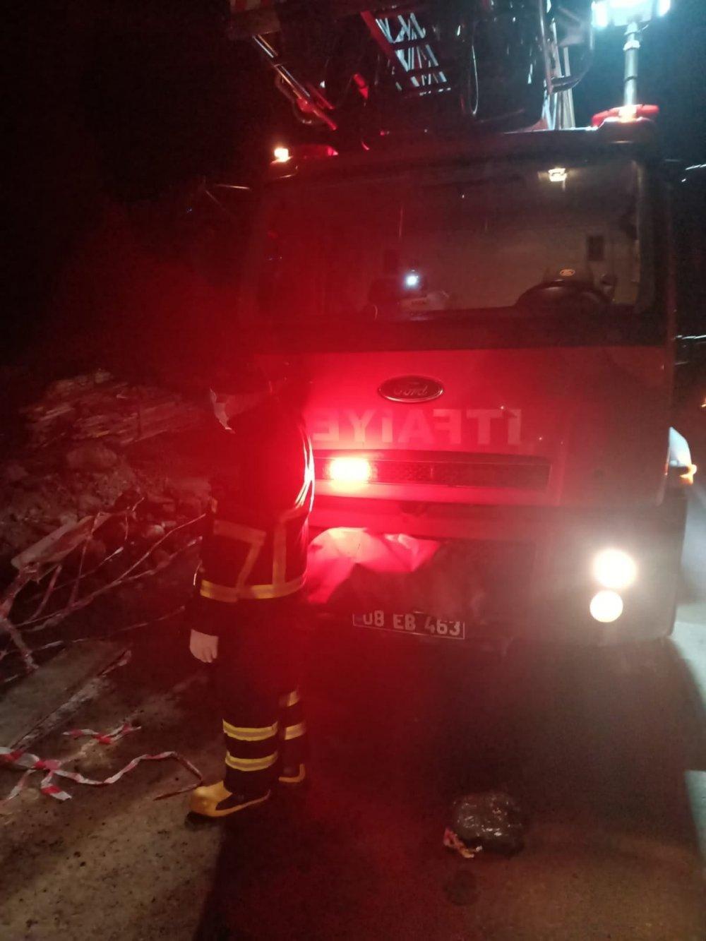 Artvin'de otomobil duvara çarptı: 2 yaralı
