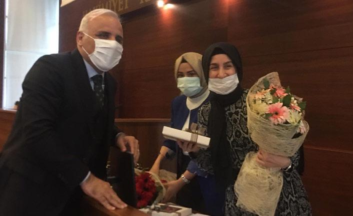 Zorluoğlu meclise elinde çiçekler ile girdi