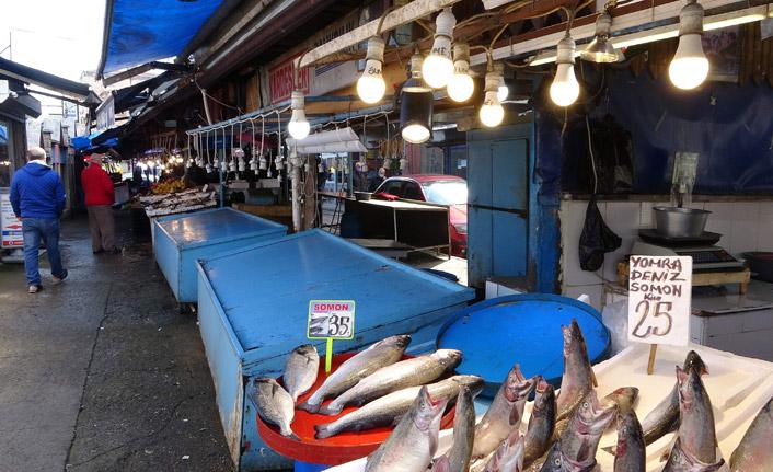 Trabzon tezgahlarında İstanbul'dan gelen balıklar satışa sunuldu