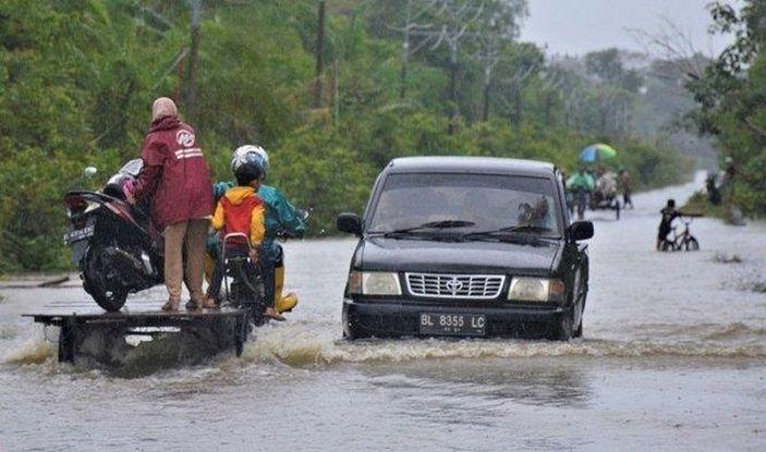 Endonezya'yı sel vurdu: 23 ölü, 9 yaralı