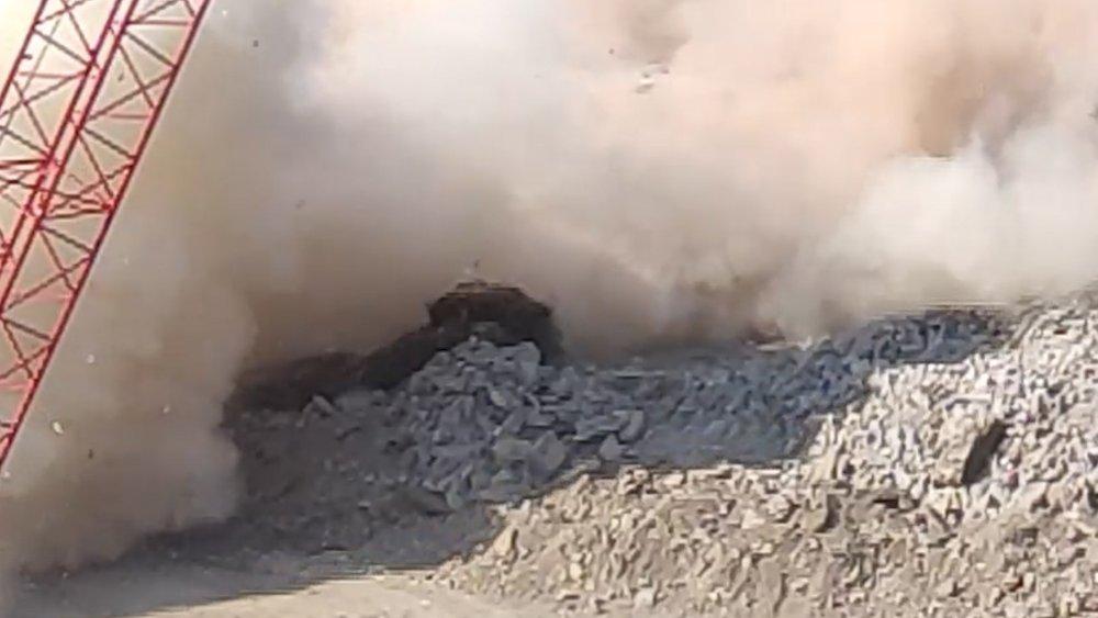 Rize'de yıkılan binanın altında kalmaktan son anda kurtuldu