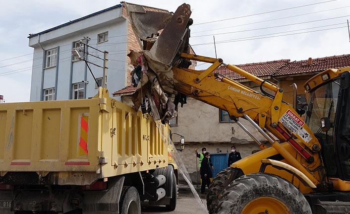 4 kamyon çöp çıkan evdeki fareler ekipleri korkuttu