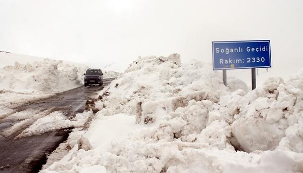 Bayburt ile Trabzon yolunda karla mücadele