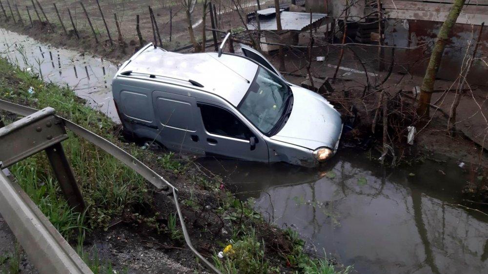 Hafif ticari araçla otomobil çarpıştı! 3 yaralı