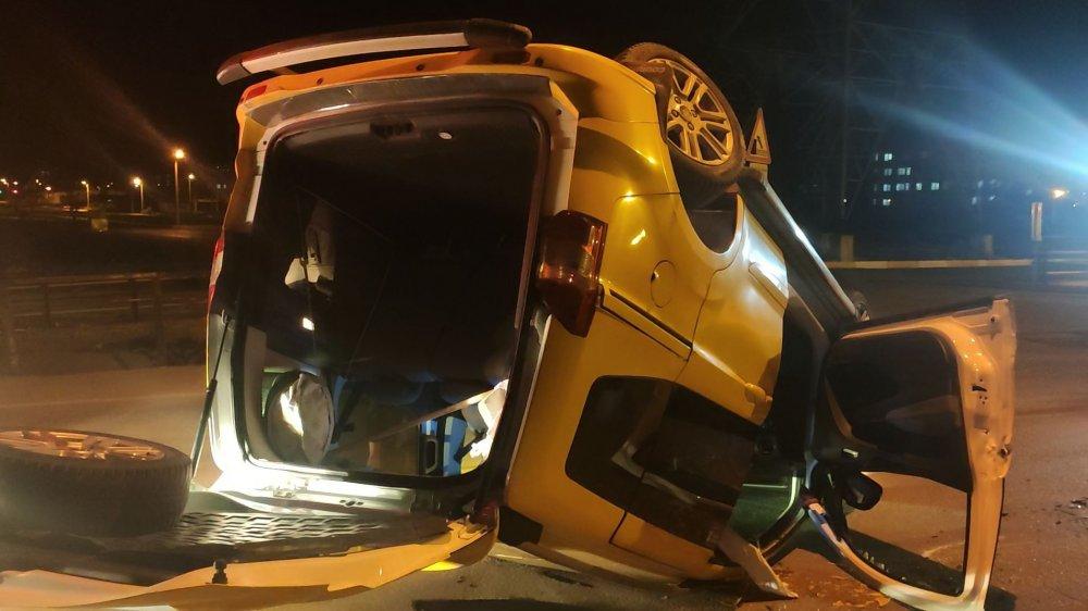 Ticari taksi takla attı, sürücünün burnu bile kanamadı