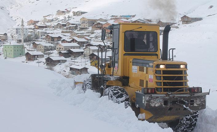 Dünyanın en tehlikeli yolunda karla mücadele