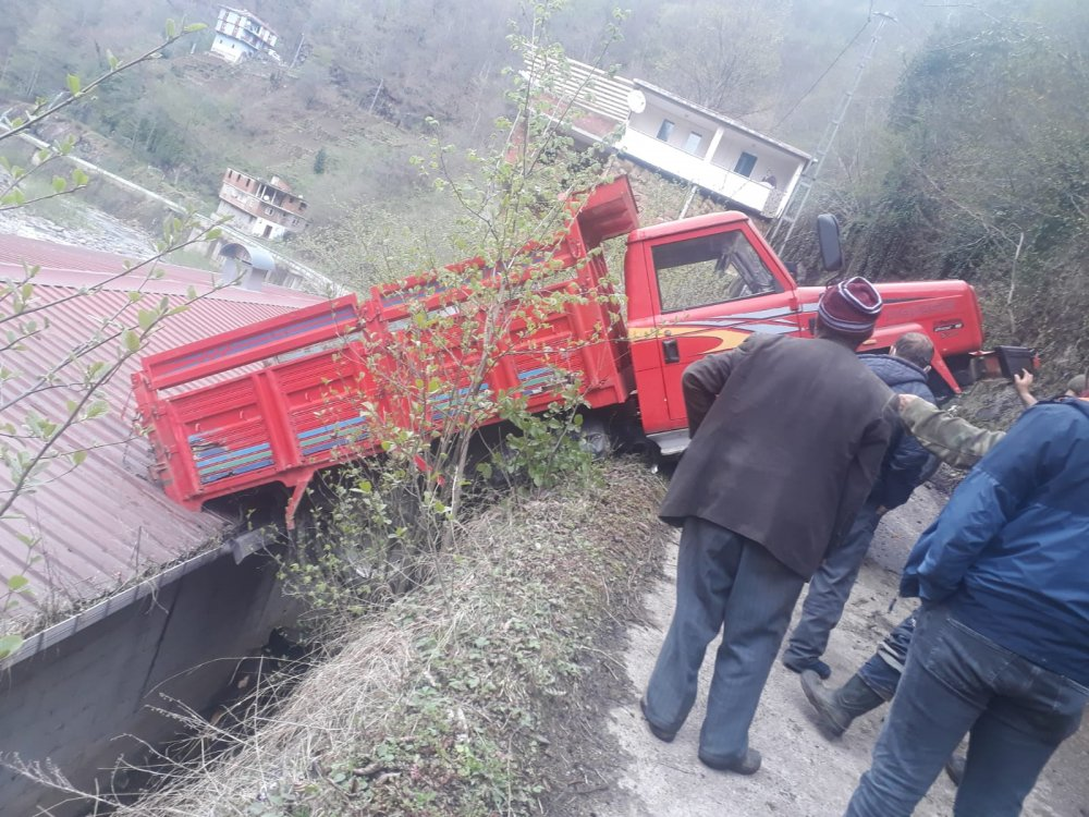 Trabzon'da freni boşalan kamyonet çatıyla yol arasında kaldı