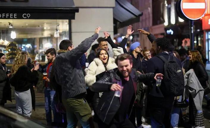 Ve İngiltere normale döndü! Herkes sokaklarda...
