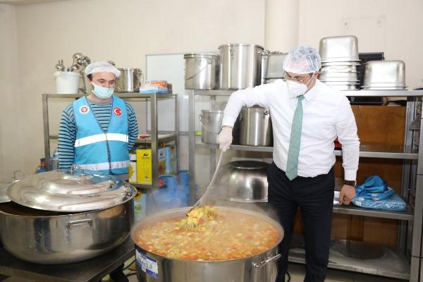 Akçaabat'ta belediyeden sıcak yemek dağıtımına destek