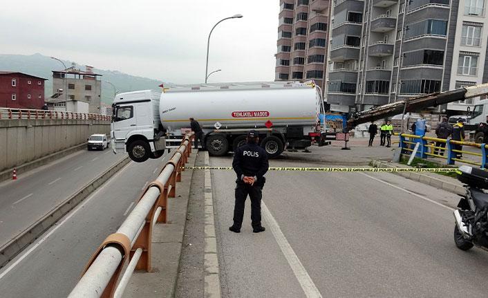 El freni çekilmeyen tanker korkuluklarda asılı kaldı