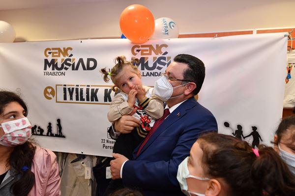 Trabzon'daki yetim çocuklara 23 Nisan hediyesi