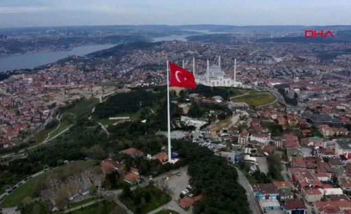 En büyük Türk Bayrağı göndere çekildi!